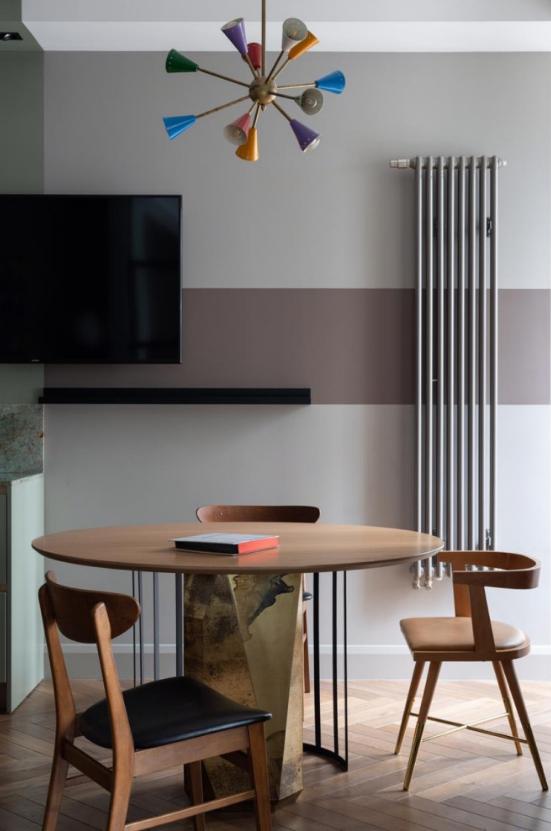 Небольшой обеденный стол и телевизор на стене