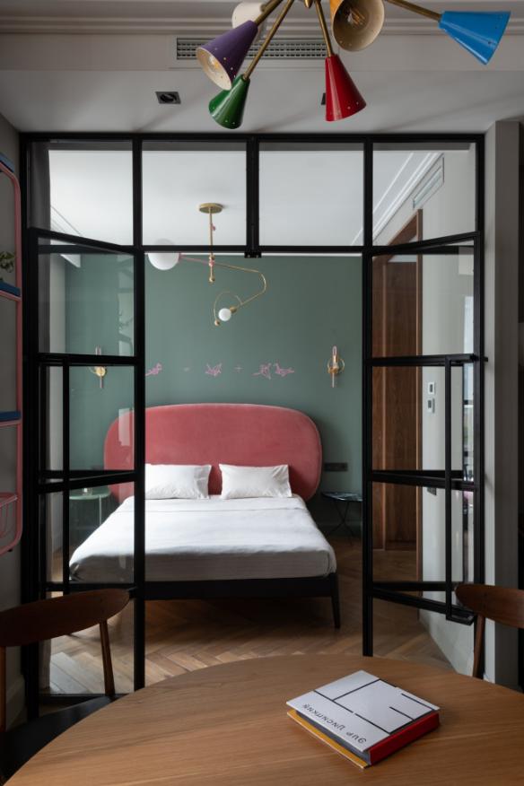 Отделенная стеклом спальня