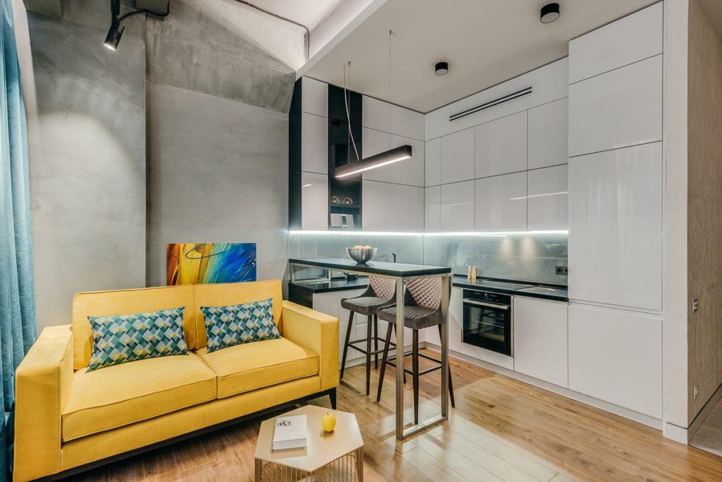 Небольшая уютная кухня-гостиная