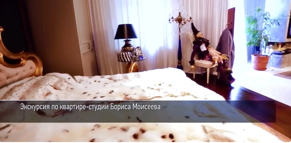 Лампа и тюль у кровати