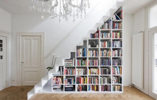 Объем под лестницей используется по максимуму