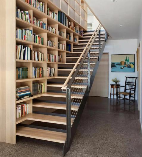 Шкаф облокачивается на лестницу