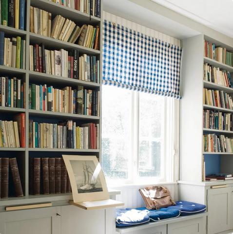 Шкафы по обе стороны от окна