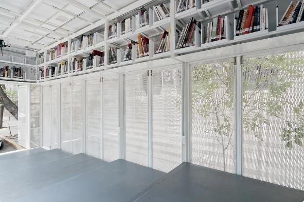 Длинные ряды книг во всю стену