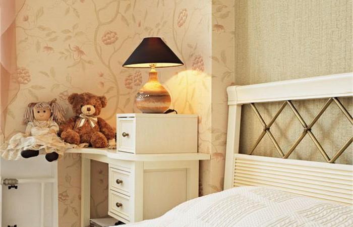 Милые игрушки около кровати