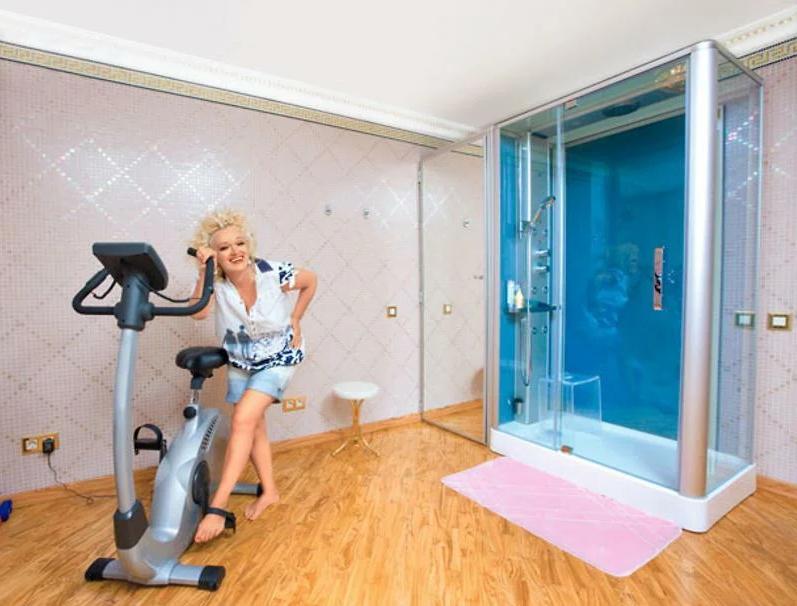 Велотренажер в просторной ванной