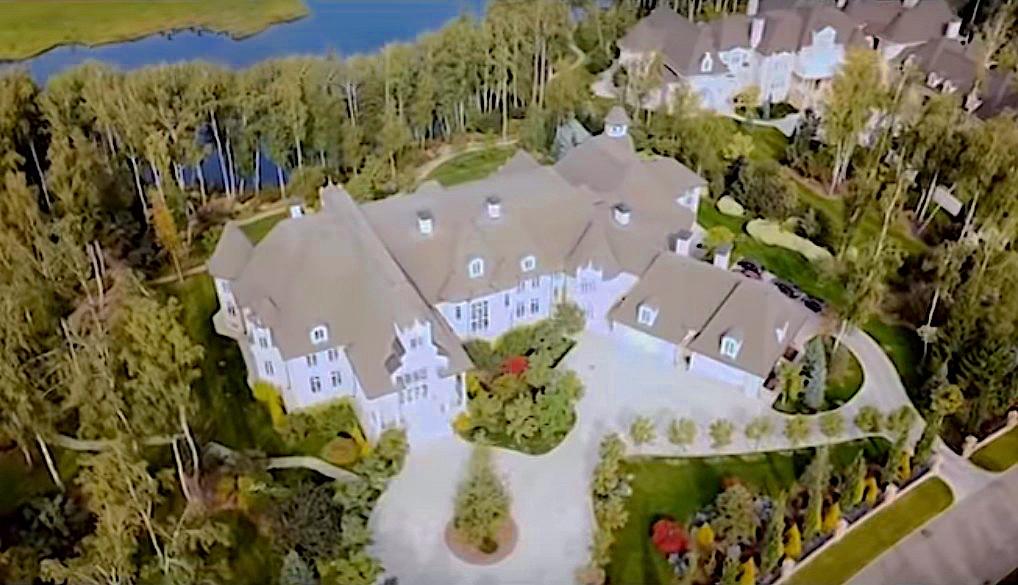 Emin всю жизнь занимается стройкой и решил, что его дом точно должен быть большим